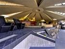Netradiční stavbu, částečně zapuštěnou do skály, navrhl americký architekt John