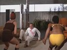 Záběr z filmu Diamanty jsou věčné. Souboj Seana Conneryho s dvěma dívkami,