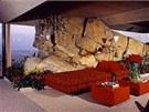 Skalka vedle lůžka. Obří kameny nechal architekt instalovat přímo do interiéru.