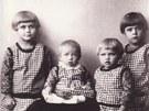 Zleva Drahoslava, Bo�enka, Libu�e Dost�lovy a sest�enice Marie.