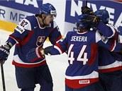 RADOS�. Sloven�t� hokejist� oslavuj� jeden z g�l� v b�lorusk� s�ti. Tom�