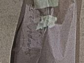 Nápis na jednom z pytlů, který vynášela policie z domu v Rudné u Prahy, kde