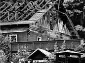 Vyhořelý hotel Hubertus v Karlově Studánce na Bruntálsku.