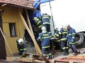 Kamion vjel v Lípě nad Orlicí do neobývané části domu. Hasiči z vozu...