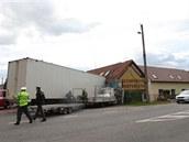 Kamion vjel v Lípě nad Orlicí do neobývané části domu. Hasiči z vozu