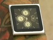 Američanovi drží na ruce iPod Nano pomocí magnetků