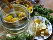 Přisypte kyselinu citronovou...