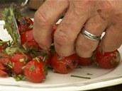 Salát z rajčátek naservírujte na talíř, posléze k nim přidáte i grilované maso.