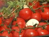 K rajčátkům na gril přidejte ještě oloupané stroužky česneku a snítky tymiánu.