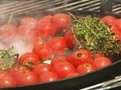 Během grilování rajčátek přidejte podle potřeby olivový olej.
