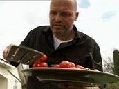 Osmažená rajčátka seberte z grilu.