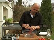 Osmažená rajčátka oberte do mísy.