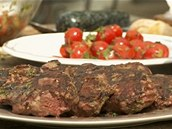 Hotové maso nechte chvíli odpočinout, pak teprve servírujte.