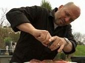 Steaky ještě opepřete čerstvě mletým pepřem.