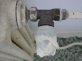 Hlavici sundejte nebo alespoň zakryjte maskovací páskou.