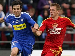 Olomoucký Martin Pospíšil (vlevo) bojuje o míč s Josefem Markem z Dukly.