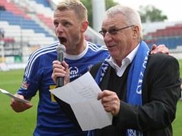 Olomouck� kapit�n Radim Ku�era (vlevo) spolu s tren�rem Petrem Uli�n�m d�kuj�
