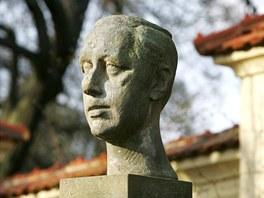 Busta Karla Čapka v zámeckém parku v Chyších