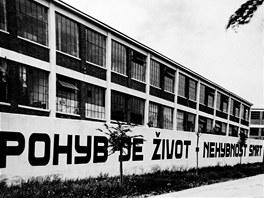Historick� sn�mek ba�ovsk� zdi i s legend�rn�mi firemn�mi hesly.