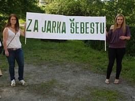 Lidé z Chotěbuzi nesli i transparenty na podporu střelce Šebesty. (19. května
