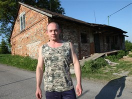 Jaroslav Šebesta před nemovitostí, kde se odehrála tragédie. (19. května 2012)