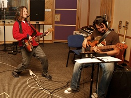 Nikos Kuluris (uprost�ed) hecuje dal�� �elny kapely Kry�tof, kytaristu Ev�ena...