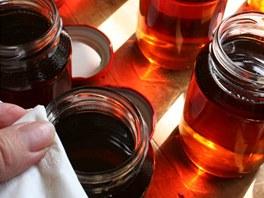 Okraje sklenic otřete dosucha čistým suchým plátnem nebo ubrouskem a...