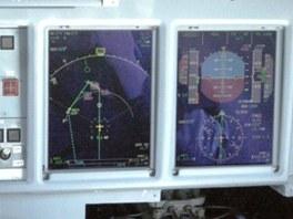 Záběr kokpitu havarovaného Suchoje Superjet během přiblížení k přistání při