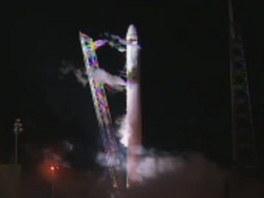Raketa Falcon stojí po neúspěšném startu na odpalovací rampě