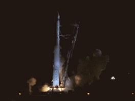 Raketa Falcon při startovacím zážehu, který však neznamenal start. Ten byl v