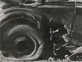 Bomba poškodila zadní část vozu.