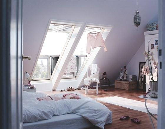 Z útulně zařízené ložnice se střešním balkonem má Bára krásný výhled na městský