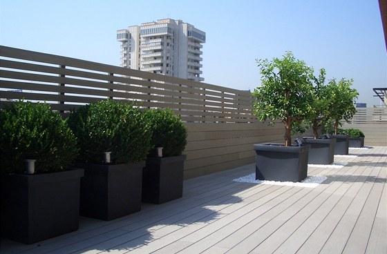 Kombinované horizontální členění WPC materiálu na balkoně.