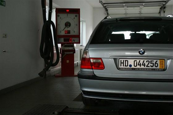 Po dovozu do Česka musí auto projít prohlídkou na STK.
