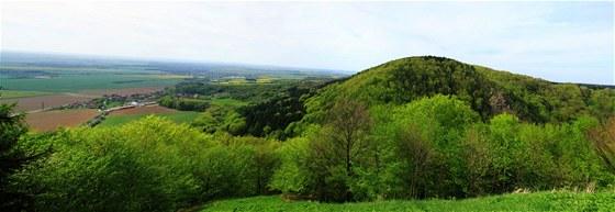 Výhled z hradu Lichnice na vrchol Stráně a rovinu u Ronova nad Doubravou.