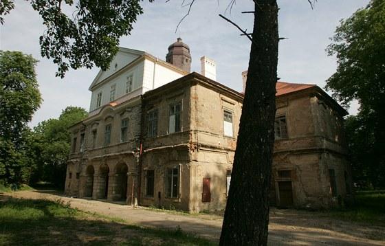 Zchátralý zámek Barchov
