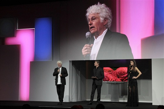 """Annaud, Coulthard a Sandersová při představení 55"""" OLED TV LG"""