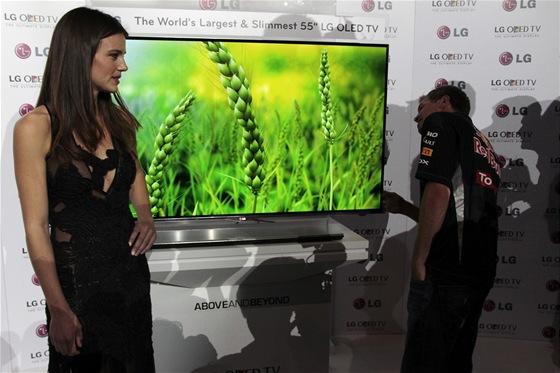 """Sandersová a Vettel při představení 55"""" OLED TV LG"""