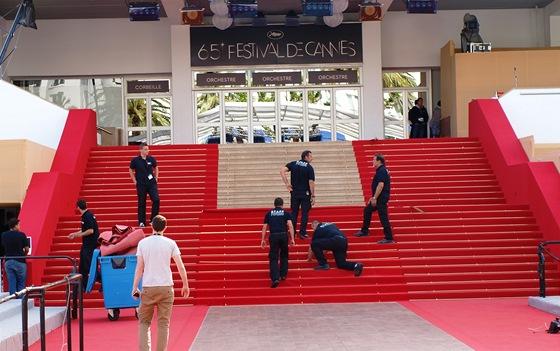 Momentka z 65. ročníku festivalu v Cannes, koberec se mění až pětkrát za den.