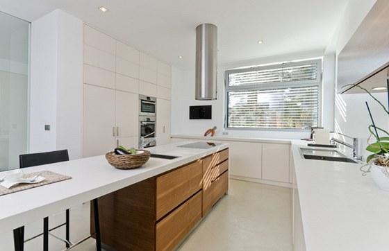 Kuchyni tvo�� st�edov� ostr�vek a soustava vysok�ch a n�zk�ch sk��n�, dispozice