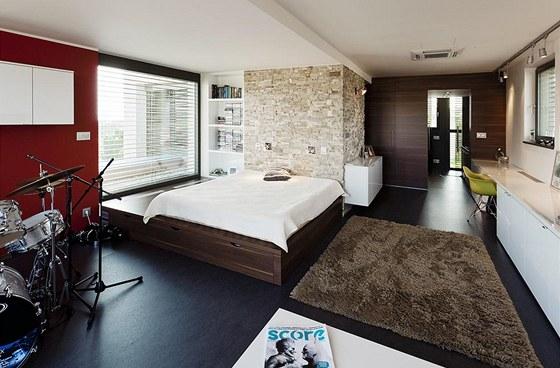 Hlavn� roli v apartm� syna hraje velk� zak�zkov� vyroben� postel s �lo�n�m
