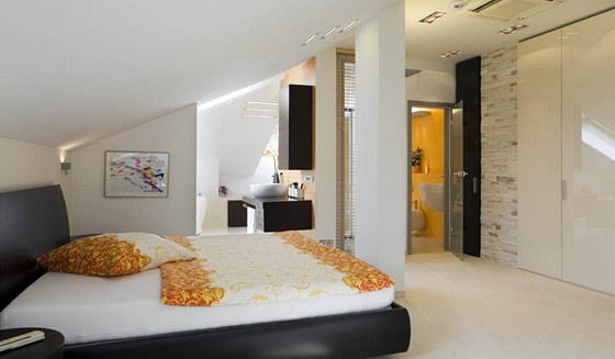 Lo�nice i koupelna maj� zaj�mav� �e�en� osv�tlen� pomoci LED diod.