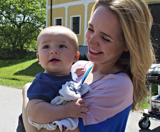 Z nat��en� filmu Babov�esky - Lucie Vondr��kov� se synem Maty�em (2011)