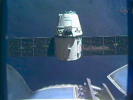 Modul Dreagon ve vzdálenosti 30 metrů od ISS