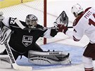 MM! Jonathan Quick, brank Los Angeles, kryje rnu Taylora Pyatta z Phoenixu. 