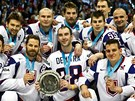 STŘÍBRO DO NEBE. Slovenští hokejisté v dresech se jménem Pavola Demitry pózují