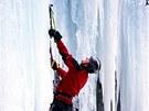 Horolezec Joe Simpson na z�b�ru z filmu Touching the Void (2003)