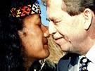 Václav Havel se vítá maorským pozdravem s jednou z maorských děvčat během návštěvy města Rotorua na Novém Zélandu v dubnu 1995.