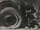 Detail po�kozeného mercedesu. Heydrichovi sa nekonec stane osudnou malá...