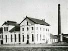 Více než sto let starý snímek pivovaru ve Vrchlabí.